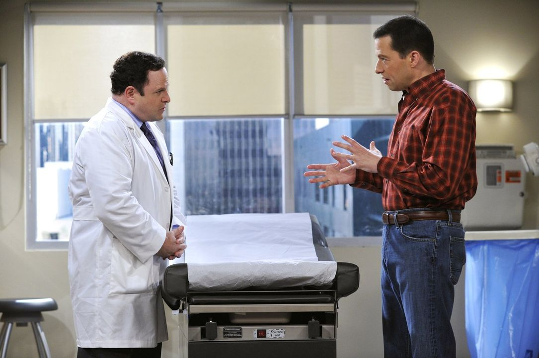 Alan (Jon Cryer, r.) erfährt von seinem Arzt (Jason Alexander, l.), dass er völlig gesund ist. Um die Zuwendung nicht zu verlieren, beschließt er, e... - Bildquelle: Warner Brothers Entertainment Inc.