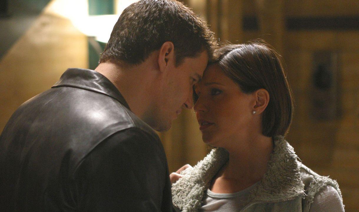 Kommen Angel (David Boreanaz, l.) und Cordelia (Charisma Carpenter, r.) endlich zusammen? - Bildquelle: The WB Television Network