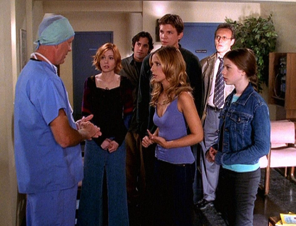 (v.l.n.r.) Dr. Kriegel (Randy Thompson) hat eine gute Nachricht für Willow (Alyson Hannigan), Xander (Nicholas Brendon), Riley (Marc Blucas), Buffy... - Bildquelle: TM +   2000 Twentieth Century Fox Film Corporation. All Rights Reserved.