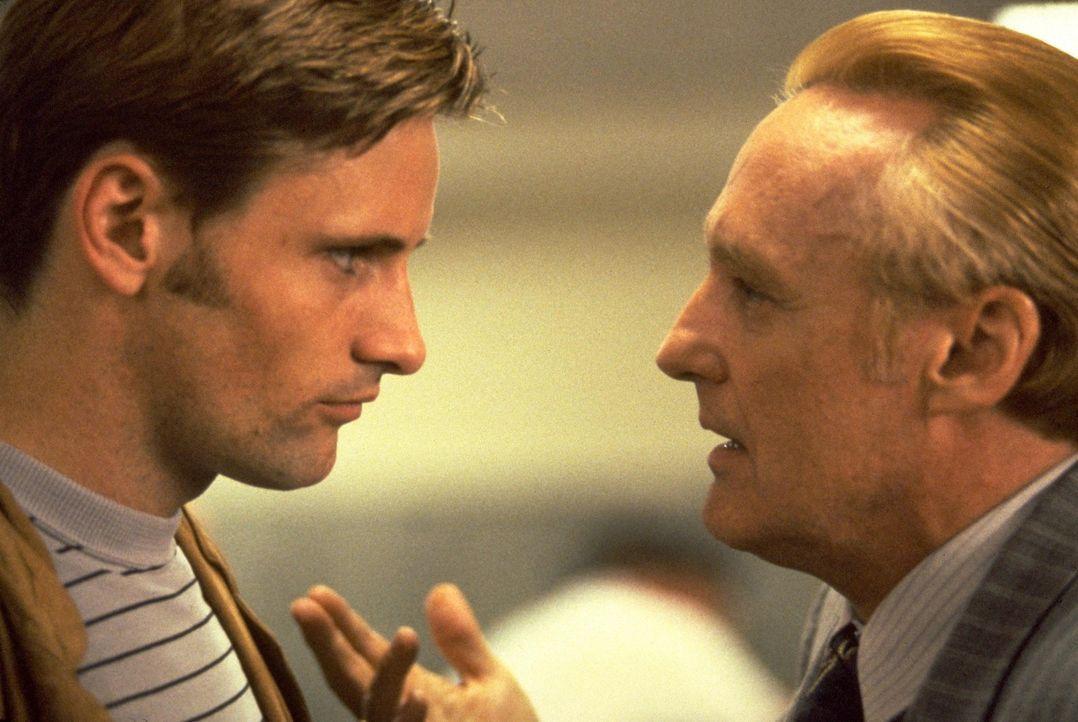 Ronnie (Viggo Mortensen, l.) ist nicht gerade der Hellste und somit keine große Hilfe für seinen Kumpan Red (Dennis Hopper, r.) ... - Bildquelle: Warner Bros.
