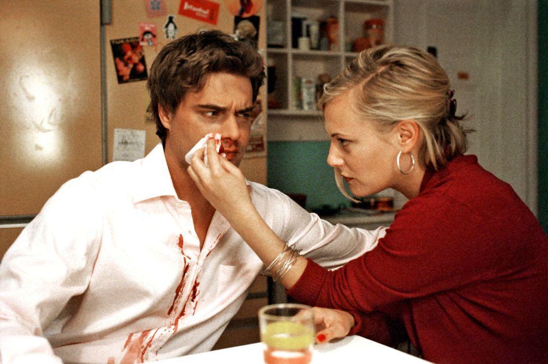 Nachdem Kai (Raphaël Vogt, l.) sich für Luzie geprügelt hat, kommen er und Johanna (Eva Hassmann, r.) sich näher. - Bildquelle: Aki Pfeiffer Sat.1