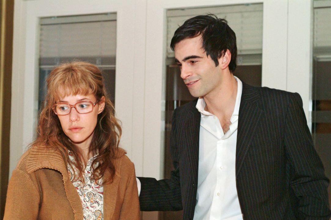 Lisa (Alexandra Neldel, l.) wird unsanft auf den Boden der Tatsachen zurückgeholt: Eröffnet David (Mathis Künzler, r.) ihr doch, seine wahre Lieb... - Bildquelle: Sat.1
