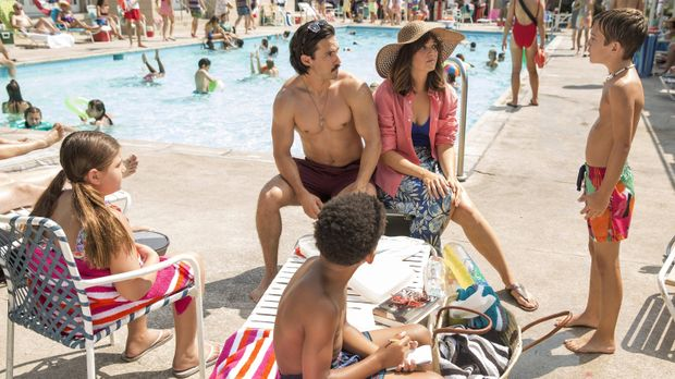 Bei einem Ausflug ins Schwimmbad, müssen Rebecca (Mandy Moore, 2.v.r.) und Ja...