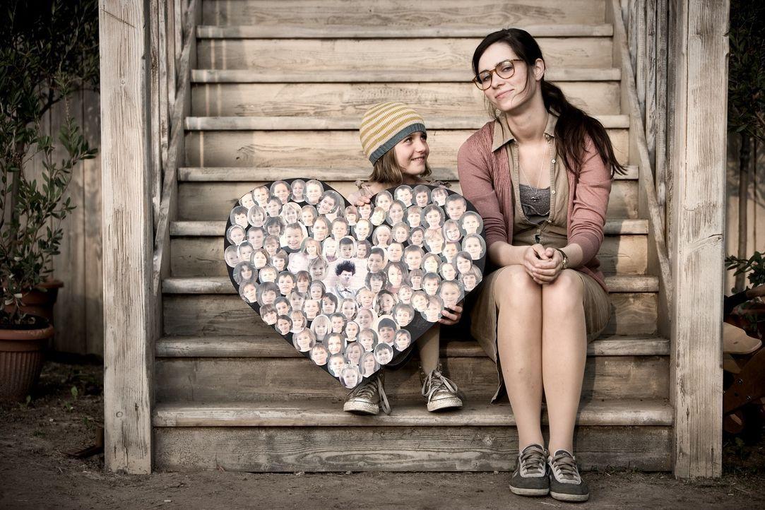 Die Kinder können gar nicht genug von Ludo bekommen. Doch auch Anna (Nora Tschirner, r.) muss zugeben, dass sie wenig erfreut darüber ist, dass er d... - Bildquelle: Warner Bros.