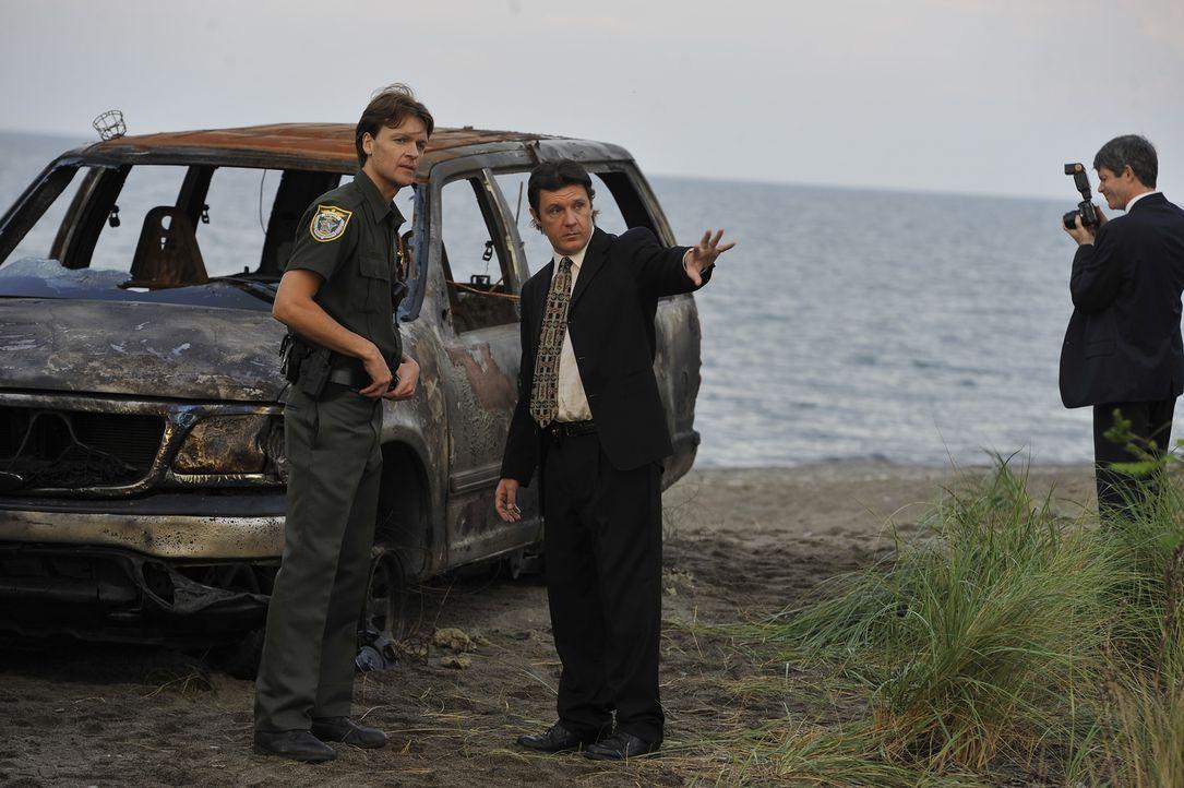 Detective Weir (Colin Paradine, M.) und Detective Linnert (Rob Trembly, r.) stoßen dank eines Hinweises auf das ausgebrannte Auto der ermordeten Mut... - Bildquelle: Jag Gundu Cineflix 2012