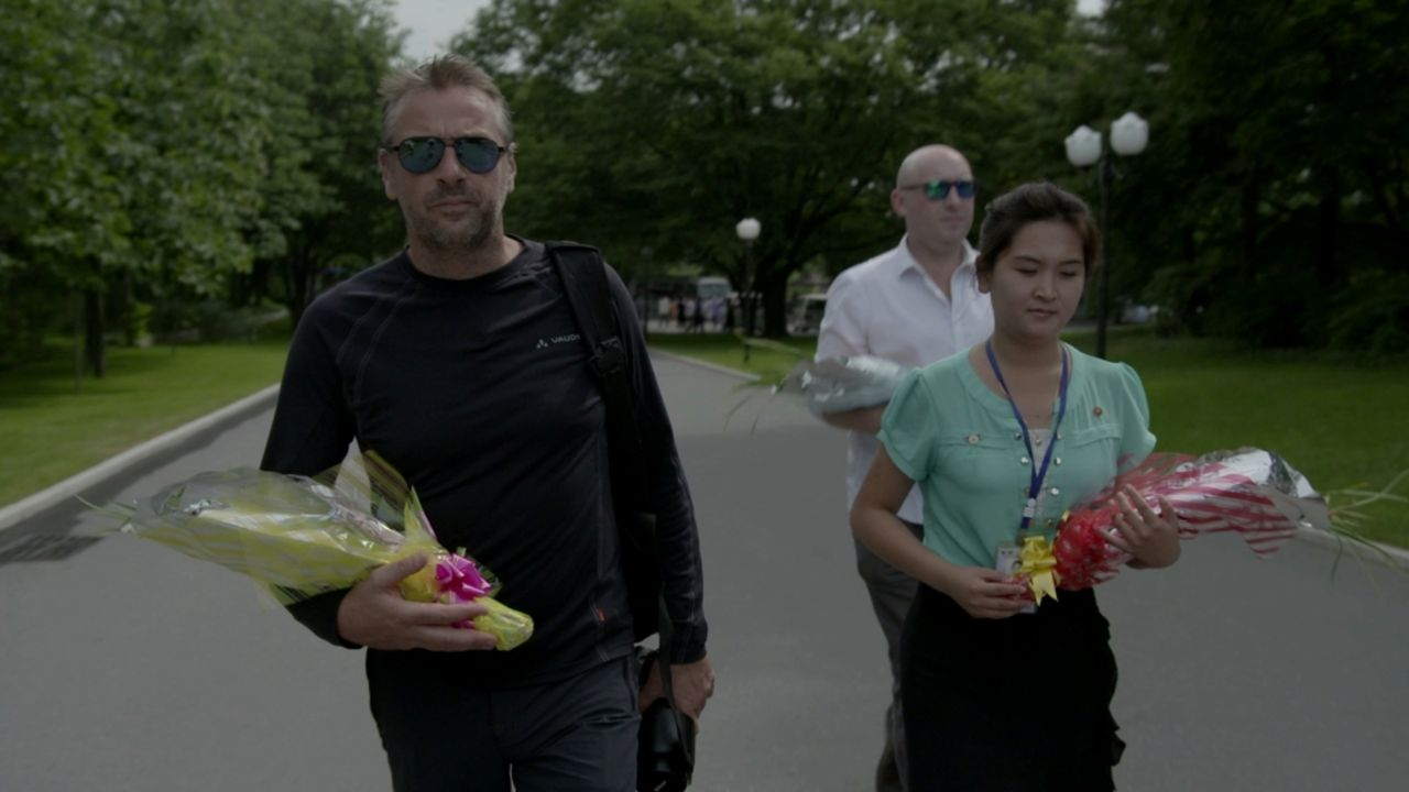 Tom Waes (l.) darf nach drei Jahren endlich mit seinem Kamerateam in das totalitäre Nordkorea einreisen. Er möchte die Nordkoreaner wirklich kennenl... - Bildquelle: 2013 deMENSEN