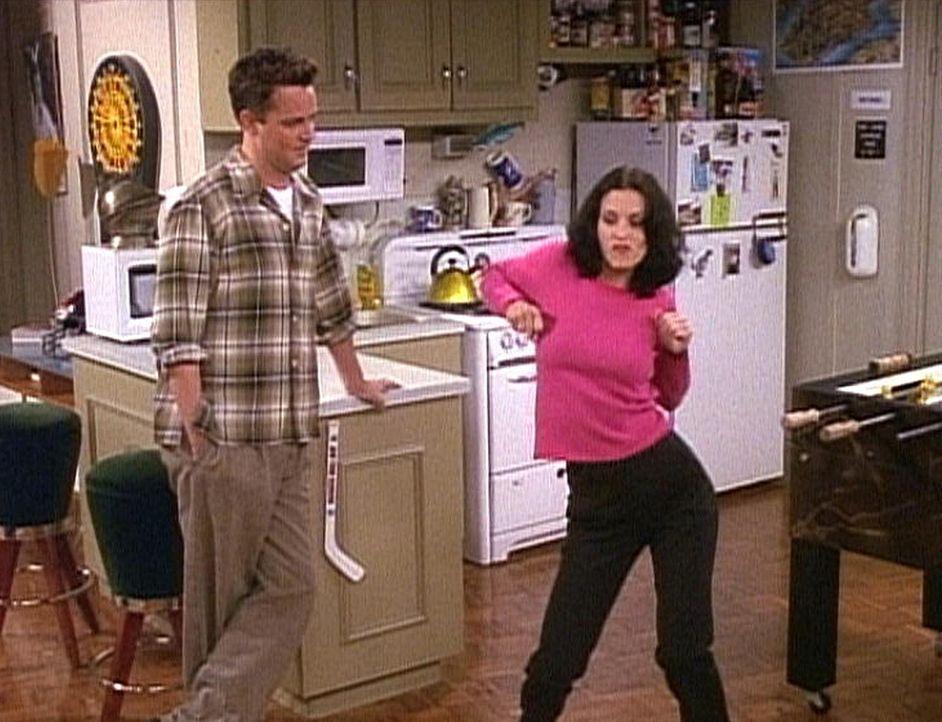 Chandler (Matthew Perry, l.) und Monica (Courteney Cox, r.) führen sich alberne Tänze vor. - Bildquelle: TM+  2000 WARNER BROS.