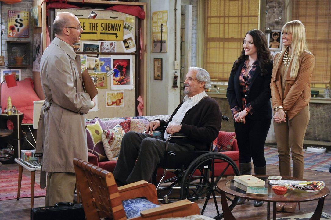 Roger (Paul Tigue, l.), der Vermieter von Max' (Kat Dennings, 2.v.r.) und Carolines (Beth Behrs, r.) Wohnung will die Pacht verlängern, doch der Ver... - Bildquelle: Warner Bros. Television