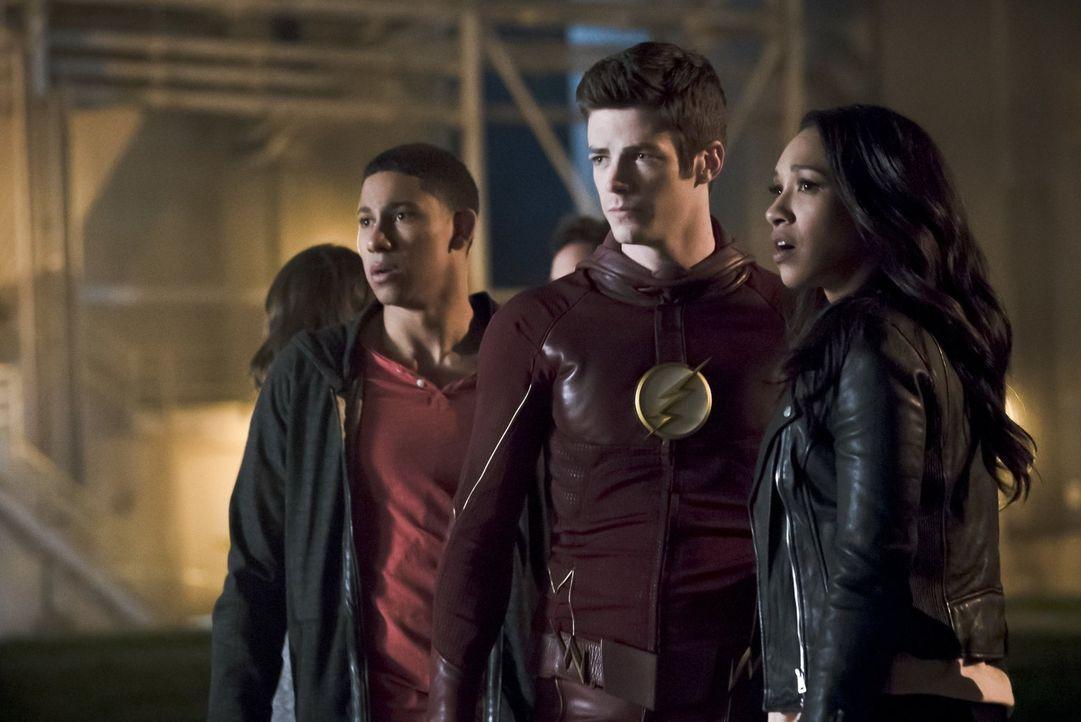 Während Wally (Keiynan Lonsdale, l.) darauf hofft, dass Barry alias The Flash (Grant Gustin, M.) seinen Vater zurückbringt, ist Iris (Candice Patton... - Bildquelle: Warner Bros. Entertainment, Inc.