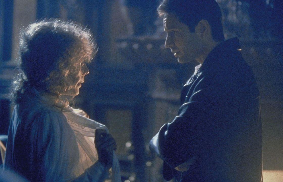 Mulder (David Duchovny, r.) trifft auf Lyda (Lily Tomlin, l.), einen sehr lebensechten Geist. - Bildquelle: TM +   2000 Twentieth Century Fox Film Corporation. All Rights Reserved.