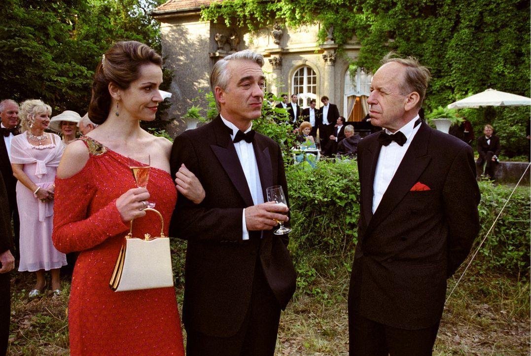 Was frau nicht alles tut: Sandra (Rebecca Immanuel, l.) begleitet Felix (Christoph M. Ohrt, M.) auf Einladung von Titelhändler Dr. Guntbert Immersch... - Bildquelle: Hardy Spitz Sat.1