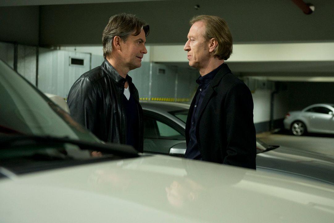 Auch Meisner (Robert Lohr, r.) konfrontiert seinen ehemaligen Komplizen Rüdiger Bremme (Oliver Stritzel, l.) mit seinem skrupellosen Verhalten gegen... - Bildquelle: Martin Rottenkolber SAT.1