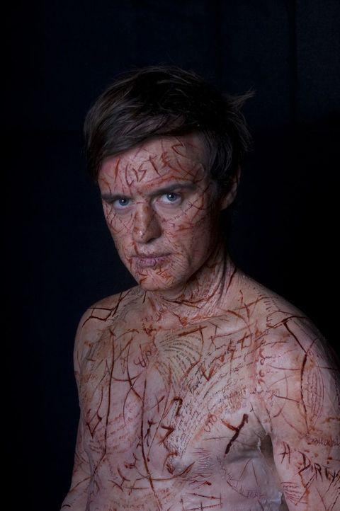 Die Geister wollen sich über Simon (Jonas Armstrong) Gehör verschaffen und schreiben ihre Worte in seine Haut. So wird aus seinem Körper das Buch... - Bildquelle: Sunfilm