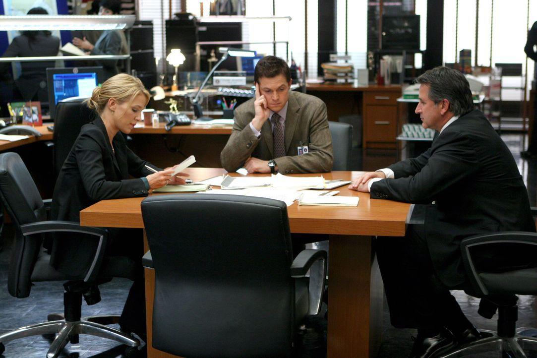 Samantha Spade (Poppy Montgomery, l.), Martin Fitzgerald (Eric Close, M.) und Jack Malone (Anthony LaPaglia, r.) besprechen die weitere Vorgehenswei... - Bildquelle: Warner Bros. Entertainment Inc.
