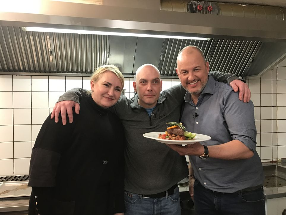 """Wird Sternekoch Frank Rosin (r.) Christopher (M.) und seiner Frau Irina (l.) helfen und so ihr Restaurant """"Manolo"""" retten können? - Bildquelle: kabel eins"""