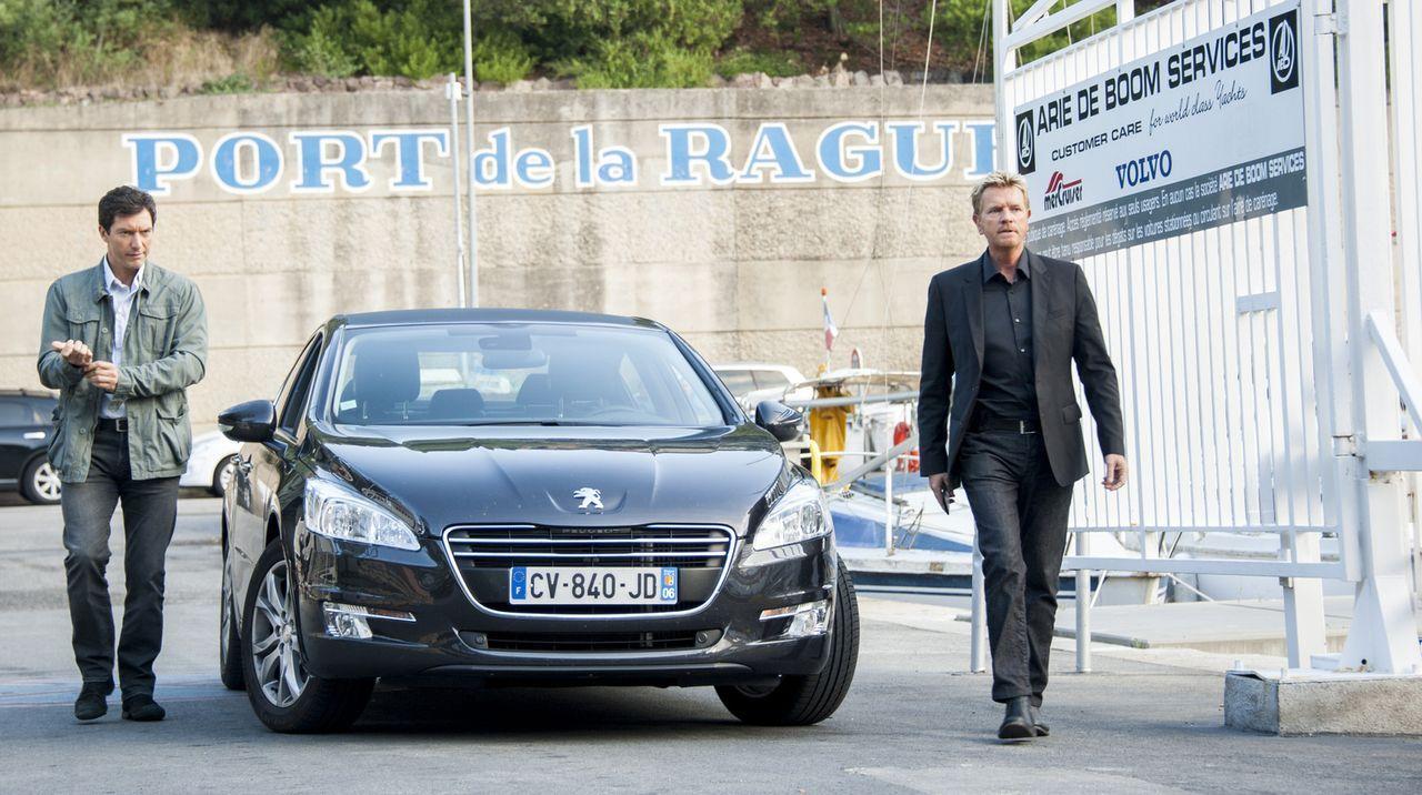 Ihr neuster Fall lässt Lucas (Franck Sémonin, l.) und Martin (Xavier Deluc, r.) verwundert zurück, denn der ermordete Gefängnisinsasse wäre in 10 Ta... - Bildquelle: Jean Louis PARIS