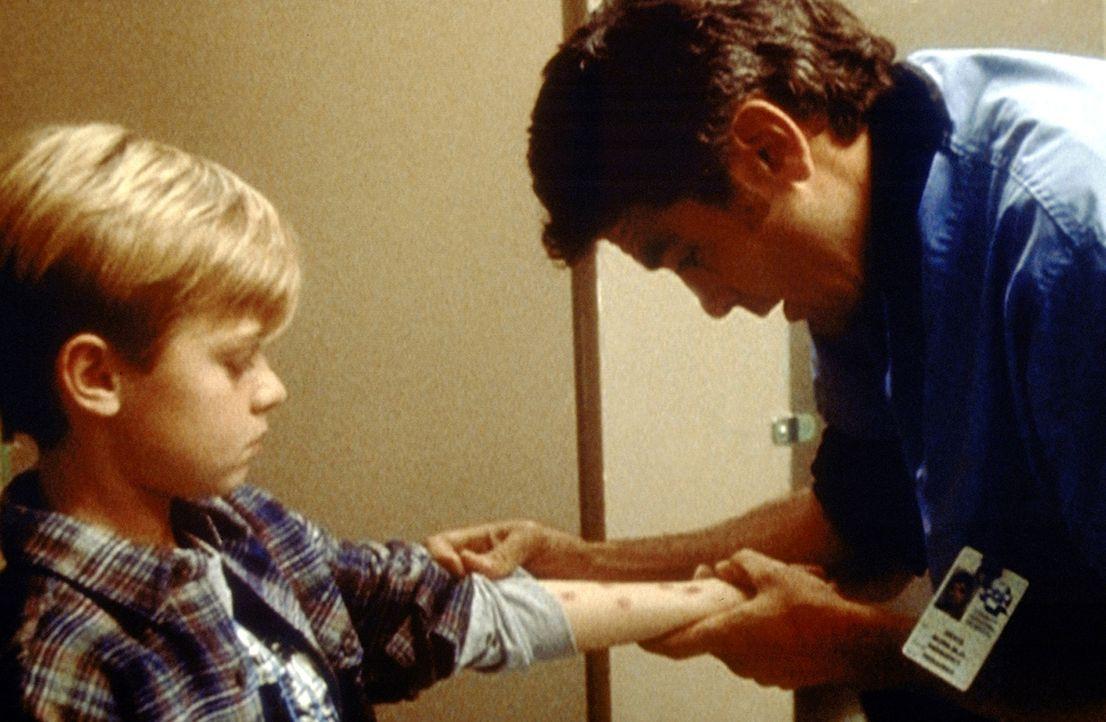 Nachdem der acht-jährige Eric (Devon Michael. l.) seinen jüngeren Stiefbruder vergiftet hat, soll er in ein Heim eingewiesen werden. Ross (George Cl... - Bildquelle: TM+  2000 WARNER BROS.