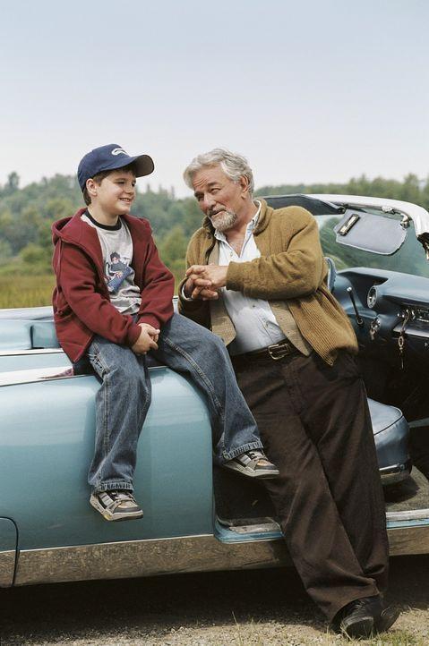 Chris (Josh Hutcherson, l.) hört gerne die Geschichten seines Großvaters (Peter Falk, r.). Ihm ist es egal, ob sie wahr oder erfunden sind. Sein Vat... - Bildquelle: CBS International Television