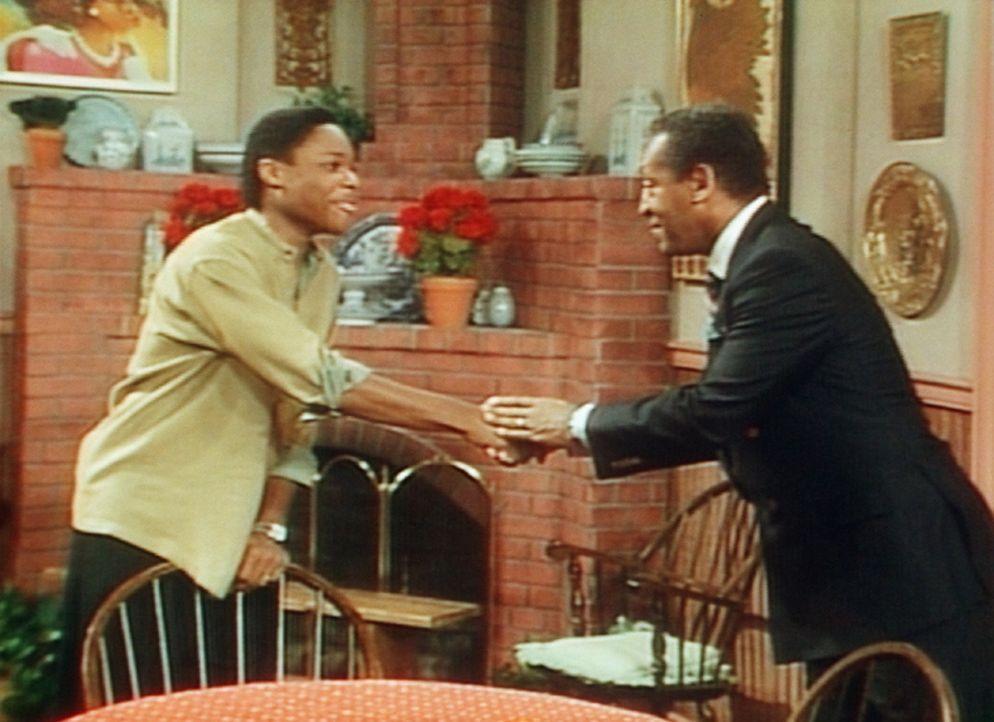 Vater und Sohn sind sich handelseinig: Theo (Malcolm-Jamal Warner, l.) wird die Tochter von Cliffs (Bill Cosby, r.) Freund zum Rollschuhlaufen mitne... - Bildquelle: Viacom