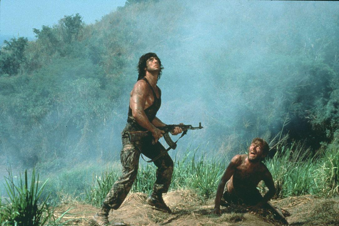 Wieder einmal muss Rambo (Sylvester Stallone, l.) einen riskanten Auftrag übernehmen: Um gefangene US-Soldaten zu befreien, springt Rambo über dem v... - Bildquelle: 1985 STUDIOCANAL. All Rights Reserved.