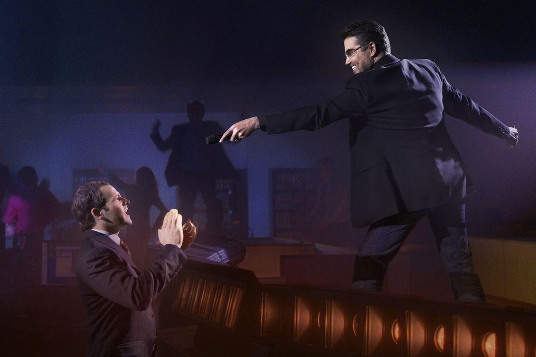Wenn das keine große Sache ist: Eli (Jonny Lee Miller, l.) sieht plötzlich George Michael (r.) in seinem Wohnzimmer, der mal eben einen kleinen Auft... - Bildquelle: Disney - ABC International Television