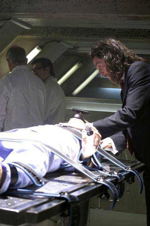 Selbst vor seinem eigenen Sohn macht er keinen Halt: Lionel (John Glover, r.) lässt Lex (Michael Rosenbaum, liegend.) in die Psychiatrie einweisen .... - Bildquelle: Warner Bros.