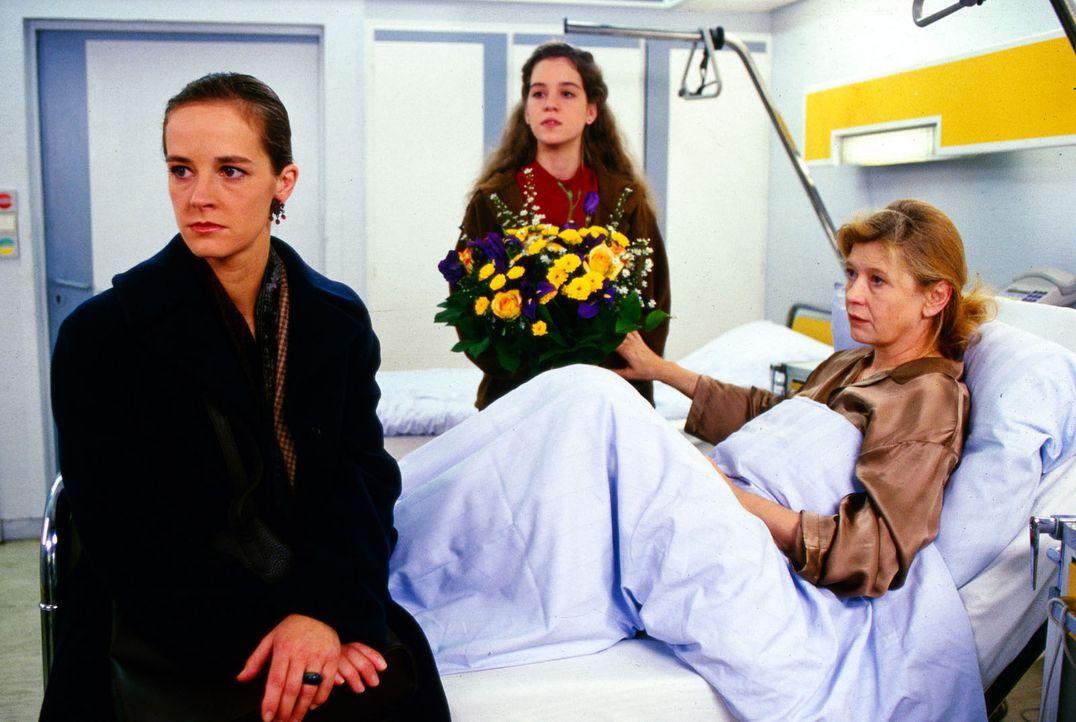 Leonore Claus (Lisa Kreuzer, r.) ist schwer krank. Dennoch hat sie mit ihrer Tochter Carola (Dagmar Sitte, l.) Streit. Maja (Luisa Stroux, M.), das... - Bildquelle: Noreen Flynn Sat.1