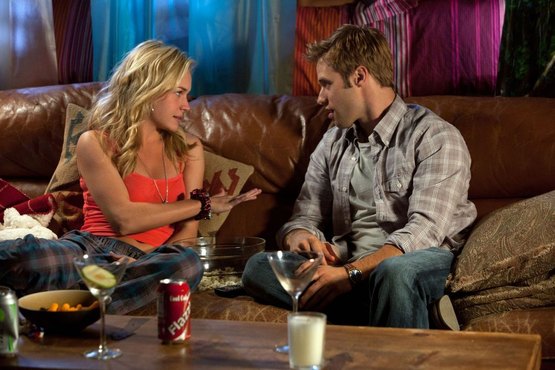 Während Paige längst eingeschlafen ist, unterhalten sich Lux (Brittany Robertson, l.) und Eric (Shaun Sipos, r.) über den Film... - Bildquelle: The CW   2010 The CW Network, LLC. All Rights Reserved