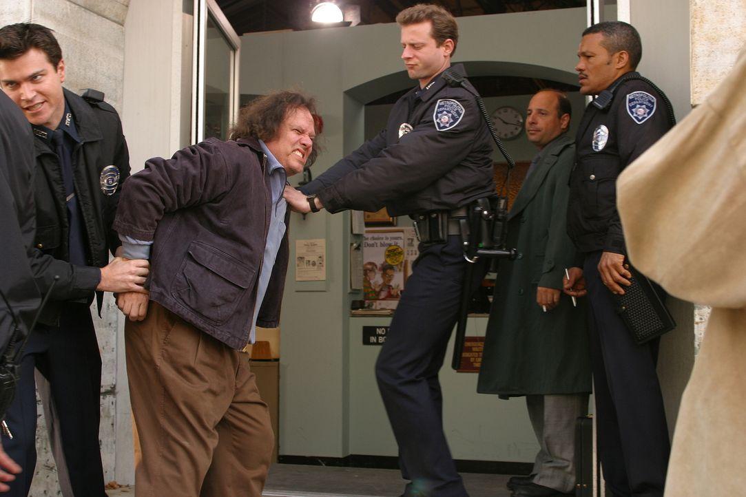 Eines Tages nimmt die Polizei einen vermeintlich verwirrten Mann (David Grammer, 2.v.l.) fest, der unermüdlich auf eine drohende Gefahr hinweist, di... - Bildquelle: TM +   Twentieth Century Fox Film Corporation. All Rights Reserved.