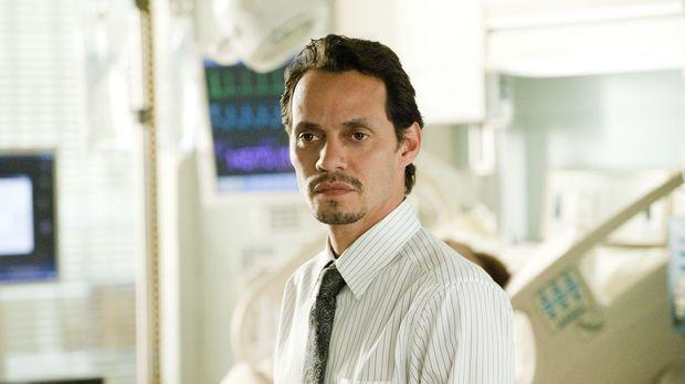 Nick (Marc Anthony) bringt seine Mutter Maria mit Atemproblemen ins Krankenha...