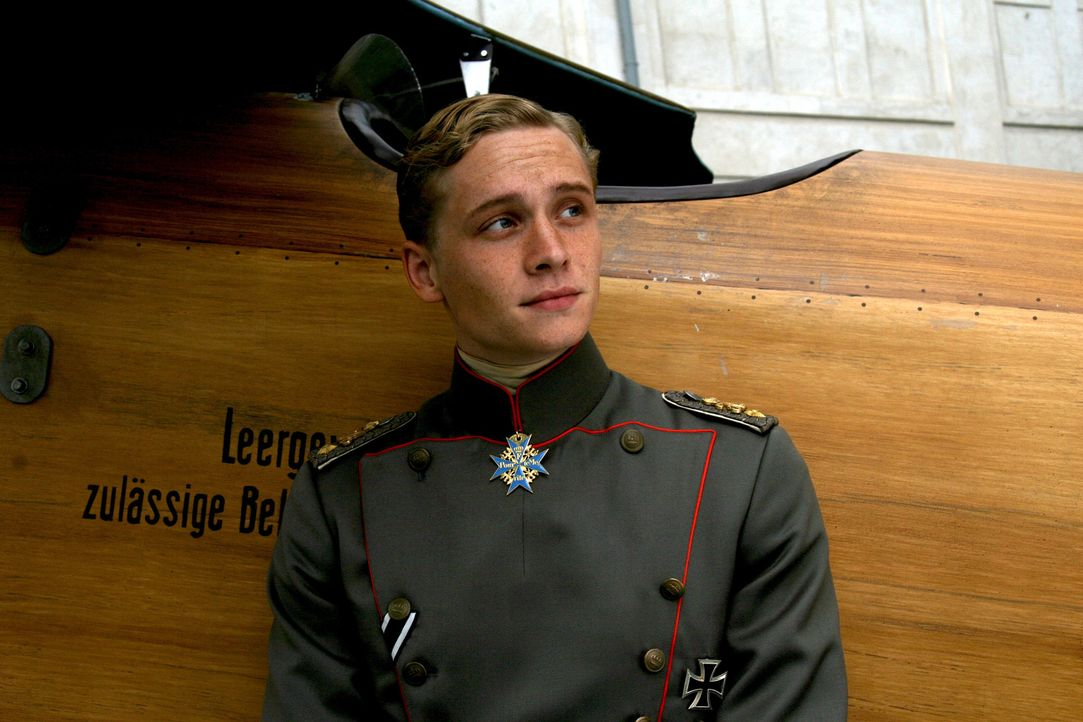 Für Freiherr Manfred von Richthofen (Matthias Schweighöfer) sind die Luftduelle ausschließlich eine sportliche und technische Herausforderung, di... - Bildquelle: Warner Bros. Television