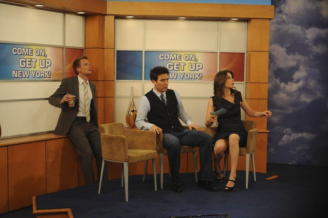 Nachdem Marshall ausgeraubt wurde, ist er gemeinsam mit Lily, Barney (Neil Patrick Harris, l.) und Ted (Josh Radnor, M.) bei Robin (Cobie Smulders,... - Bildquelle: 20th Century Fox International Television
