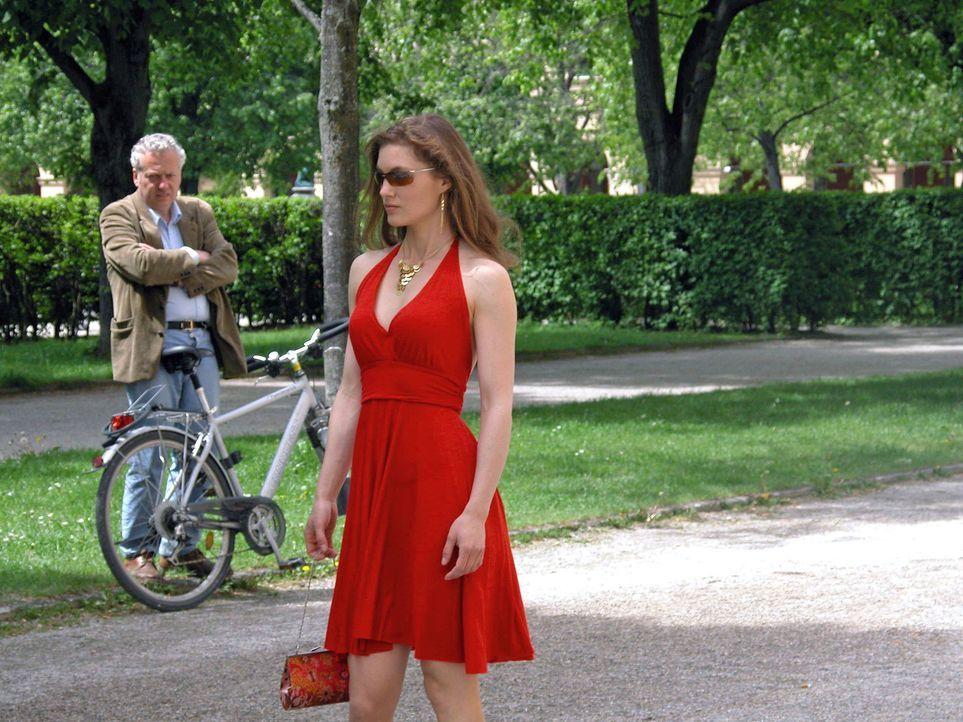Katharina (Cordelia Wege) hat es satt, wegen ihrer burschikosen Art von den Männern immer nur dumme Sprüche zu hören. Gedresst in ein schickes Kleid... - Bildquelle: Kerstin Stelter Sat.1