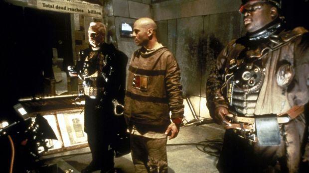 Im Jahr 2035 erhält der Schwerverbrecher James Cole (Bruce Willis, M.) den Au...