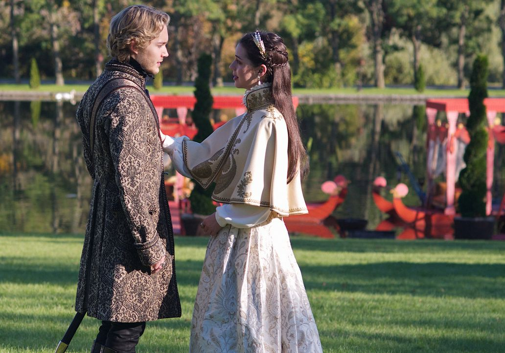 Narcisses Erpressungsversuche treiben einen immer größeren Keil zwischen Mary (Adelaide Kane, r.) und Francis (Toby Regbo, l.) ... - Bildquelle: Sven Frenzel 2014 The CW Network, LLC. All rights reserved.
