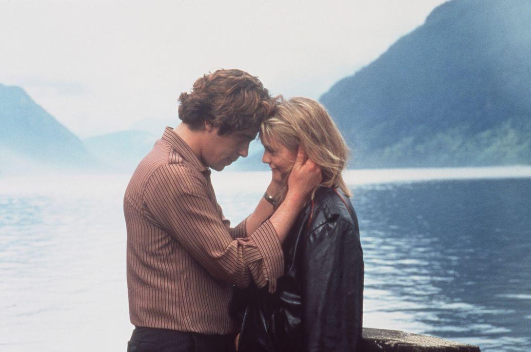 Emilys (Alicia Silverstone, r.) Plan, die eigene Entführung zu inszenieren, verläuft perfekt, bis der Autodieb Vincent (Benicio Del Toro, l.) ihre... - Bildquelle: Columbia Pictures