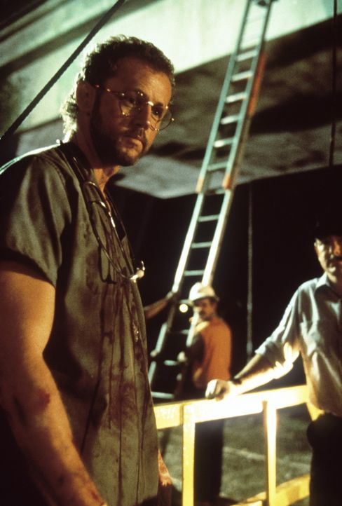 Der Kinderarzt Dr. Betts (David Morse) muss unter schwersten Bedingungen bei der Rettung der Verletzten arbeiten ... - Bildquelle: Columbia Pictures Television