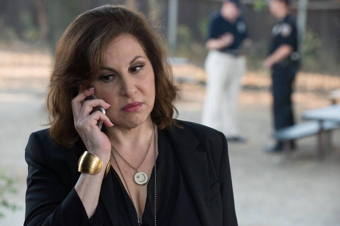Nachdem Captain Russo (Kathy Najimy) zur Hauptverdächtigen in einem Mord an einem Informanten wird, beginnt für Carrie und Al ein Katz-und-Maus-Spie... - Bildquelle: Jeff Neumann 2015, 2016 Sony Pictures Television Inc. All Rights Reserved.