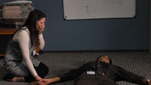 Aaron (Ramon De Ocampo, r.) wird angeschossen und Melinda (Katie Kreisler, l....