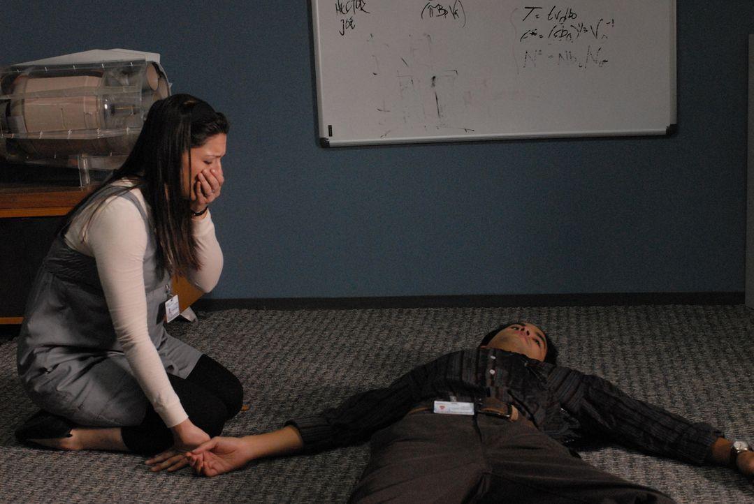Aaron (Ramon De Ocampo, r.) wird angeschossen und Melinda (Katie Kreisler, l.) eilt ihm zur Hilfe, doch sie kommt zu spät ... - Bildquelle: Paramount Network Television
