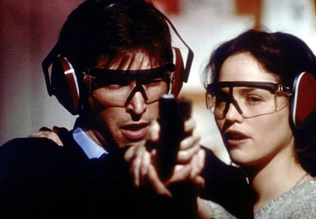 Auf dem Schießstand kommen sich die erbitterten Konkurrenten Doyle (Jorja Fox, r.) und Carter (Noah Wyle, l.) näher. - Bildquelle: TM+  2000 WARNER BROS.