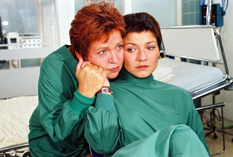 Schwester Klara (Walfriede Schmitt, l.) und Stephanie (Claudia Schmutzler, r.) machen sich Vorwürfe, da sie nicht damit gerechnet haben, dass Elke s... - Bildquelle: Noreen Flynn Sat.1