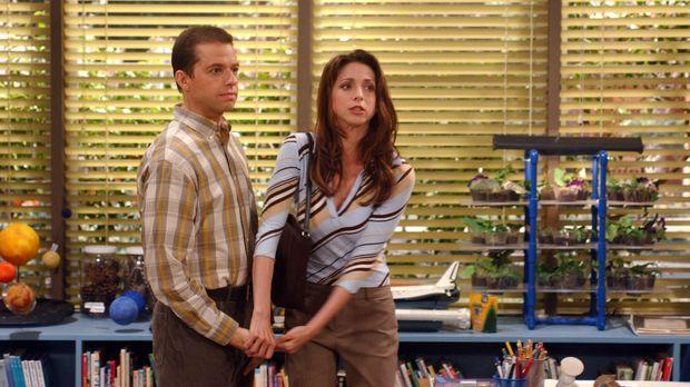 Alan (Jon Cryer, l.) und Judith (Marin Hinkle, r.) werden in die Schule zitie...