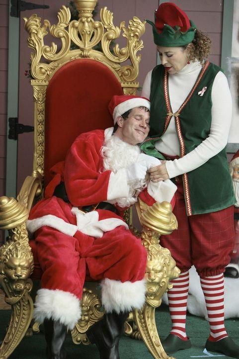Als Liz (Roma Maffia, r.) Sean (Dylan Walsh, l.) bat, ahnte sie nicht, dass ihr Weihnachtsmann nicht ganz nüchtern sein wird ... - Bildquelle: TM and   2004 Warner Bros. Entertainment Inc. All Rights Reserved.