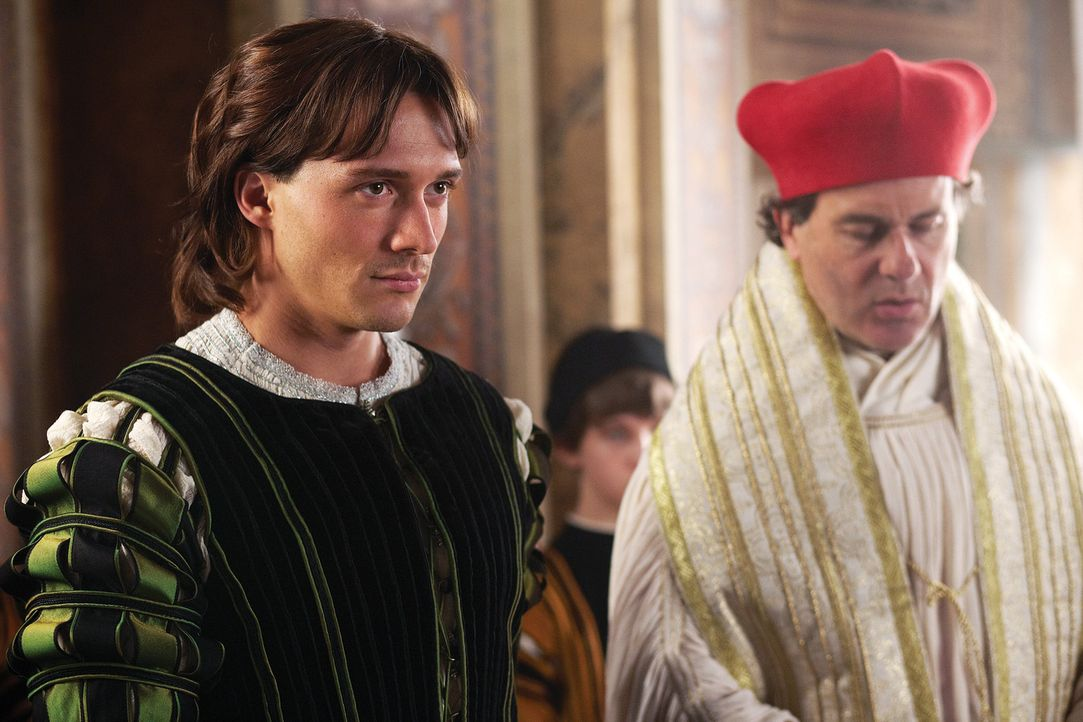 Müssen dem Papst gehorchen, oft auch gegen ihren Willen: Juan (David Oakes, l.) und Kardinals Ascanio Sforza (Peter Sullivan, r.) ... - Bildquelle: LB Television Productions Limited/Borgias Productions Inc./Borg Films kft/ An Ireland/Canada/Hungary Co-Production. All Rights Reserved.
