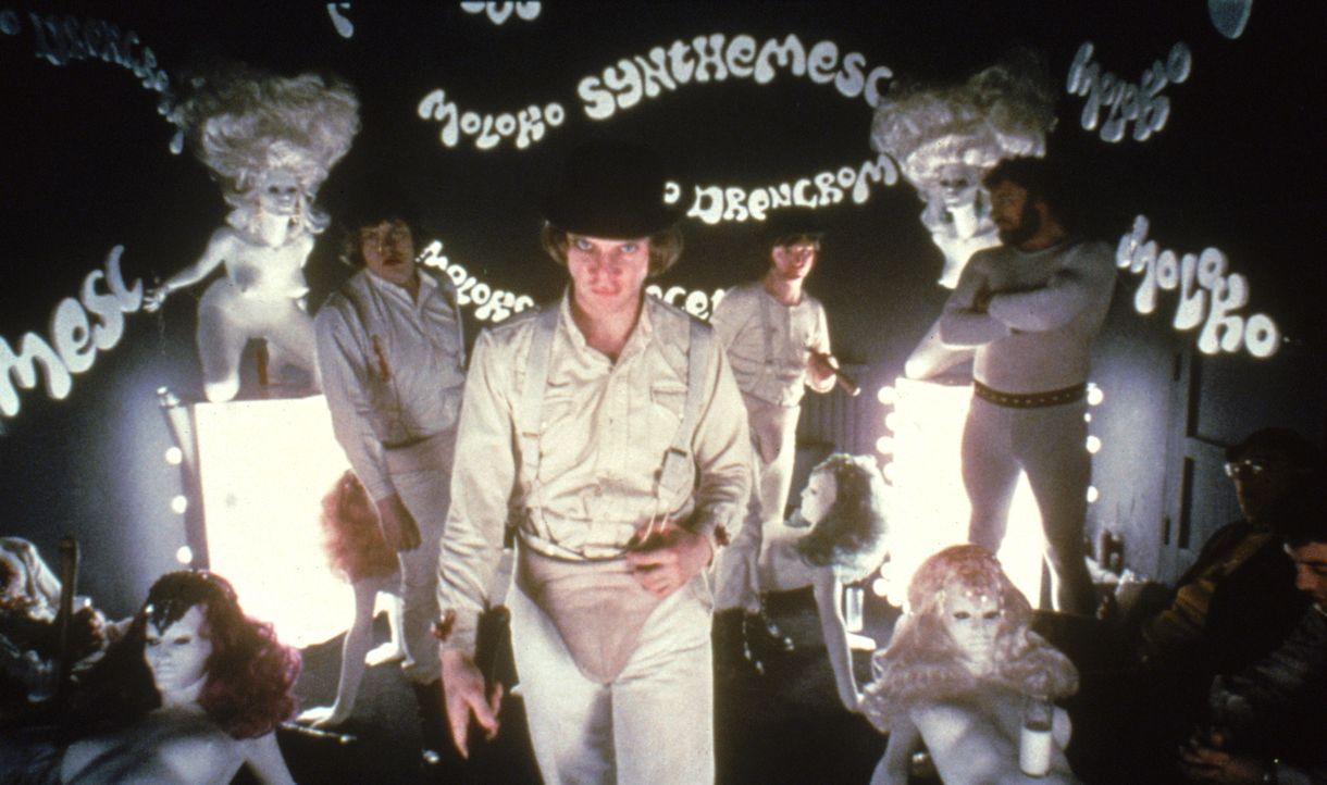 Alex (Malcolm McDowell, 2.v.l.) ist Anführer der Droogs, einer brutalen Jugendgang in London. Sie putschen sich in der Korova-Milchbar mit Drogencoc... - Bildquelle: Warner Bros. Television