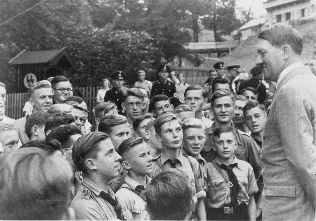 Diese Dokumentation geht der Frage nach, warum unterstützten Millionen Menschen Adolf Hitler (r.) und seine Politik. Mit historischem Filmmaterial,... - Bildquelle: Library of Congress