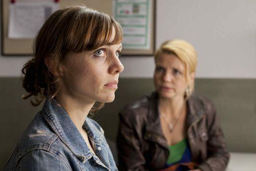 Bea (Nadja Becker, l.) ist in großen Schwierigkeiten. Sie wurde verhaftet und...