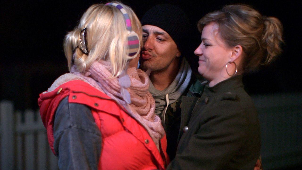 Kaum taucht Holger (M.) auf, da können Doro (l.) und Christina (r.) wieder lachen ... - Bildquelle: SAT. 1