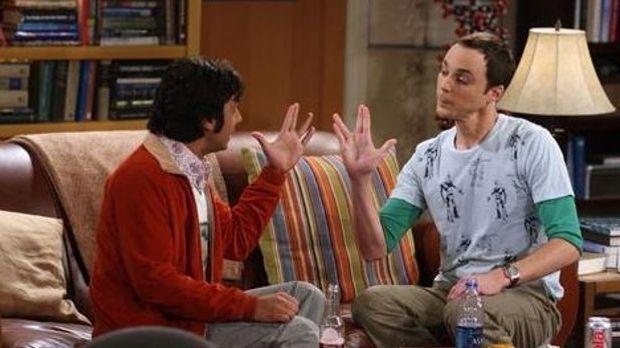 Sheldon und Raj sitzen auf dem Sofa